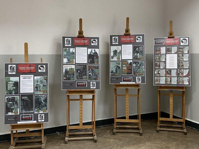 """Wystawa szkolna """"1 marca Narodowy Dzień Pamięci Żołnierzy Wyklętych"""" / Biblioteka ZSOFiK"""