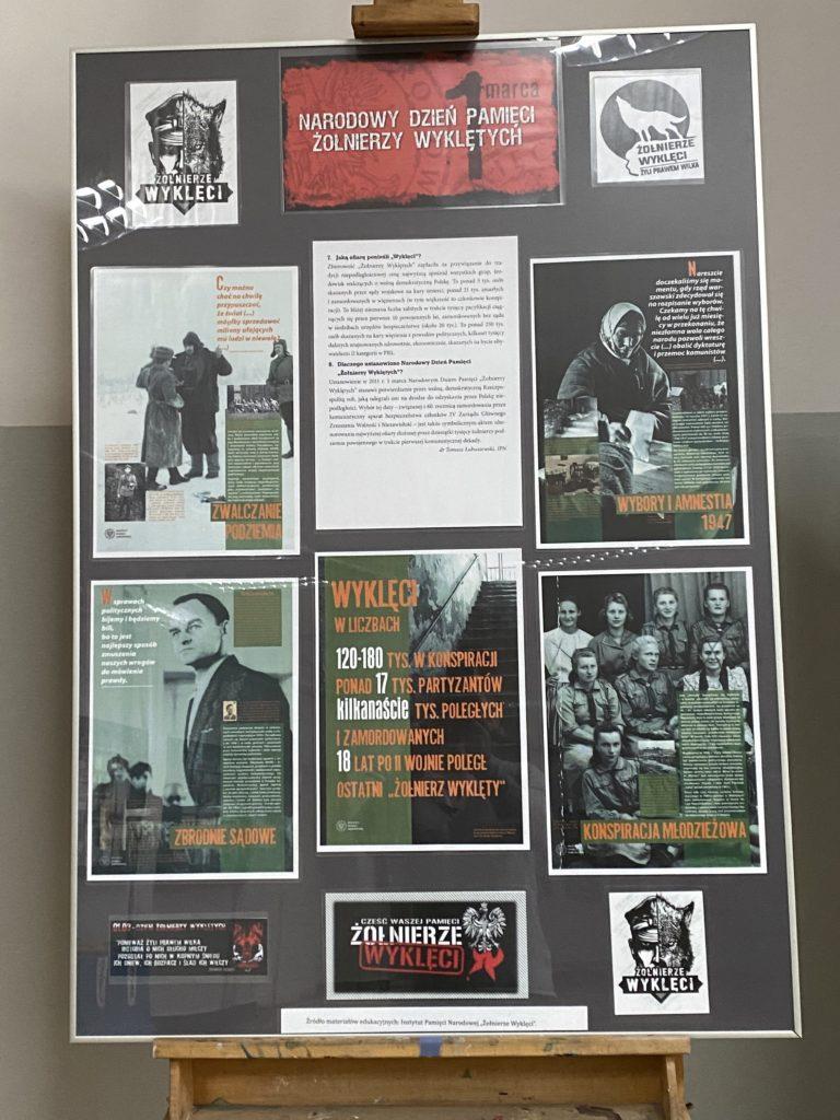 """1 piętro ZSOFiK - Wystawa szkolna """"1 marca Narodowy Dzień Pamięci Żołnierzy Wyklętych"""" / Biblioteka ZSOFiK"""
