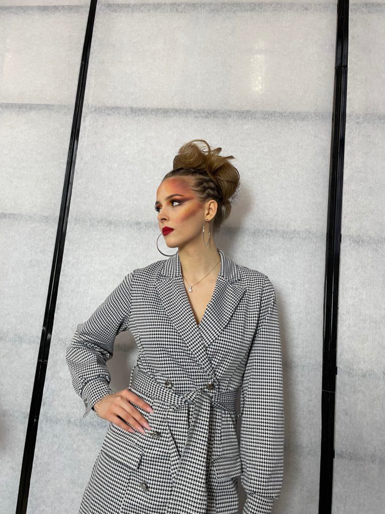 """Na fotografii fryzura i ubiór Anny Anh Kmieciak przedstawia """"Dynamiczny artyzm"""" ,lewy profil"""