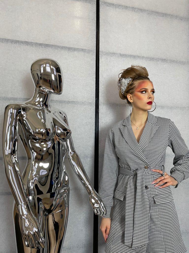 """Na fotografii fryzura i ubiór Anny Anh Kmieciak przedstawia """"Dynamiczny artyzm"""""""