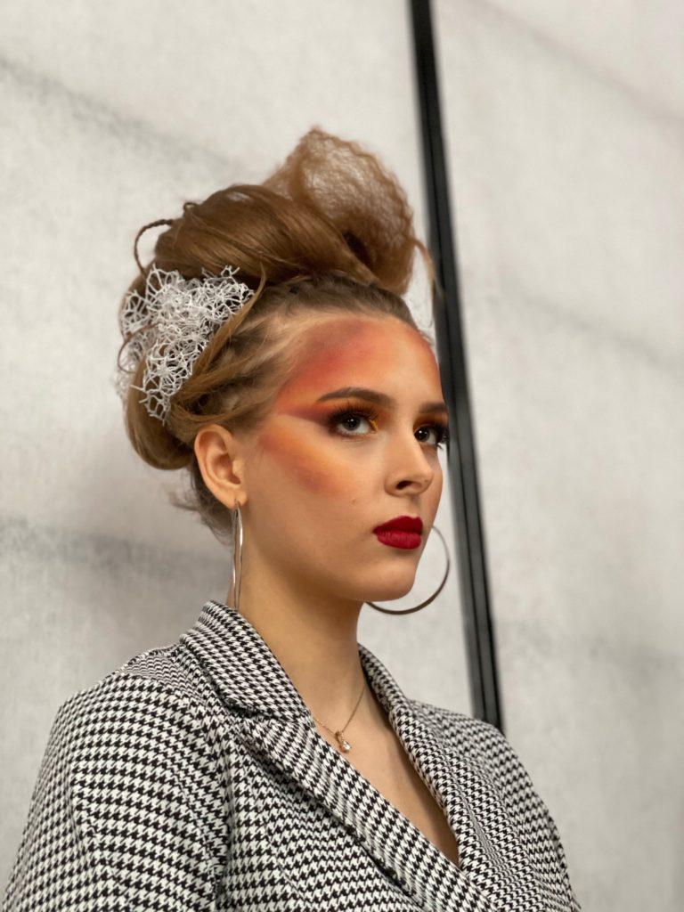 """Na fotografii fryzura i ubiór Anny Anh Kmieciak przedstawia """"Dynamiczny artyzm"""" ,prawy profil"""